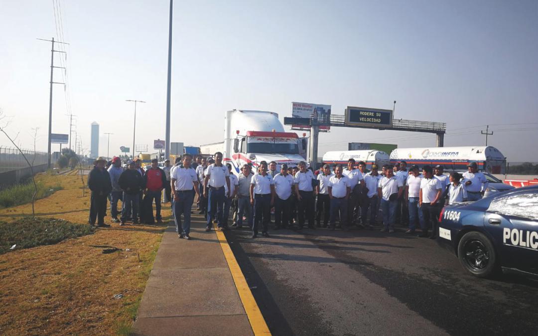 La Delegación de Puebla de CONATRAM, se manifestó por el abuso en el cobro del servicio de grúas.